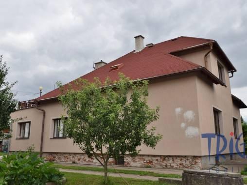 Rodinný dům v Jaroměři s garáží, pergolou a zemědělskými stavbami. foto 1