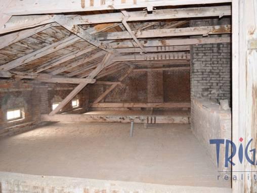 Dvůr Králové n.L .- půdní prostor k vybudování bytu 3+kk foto 1