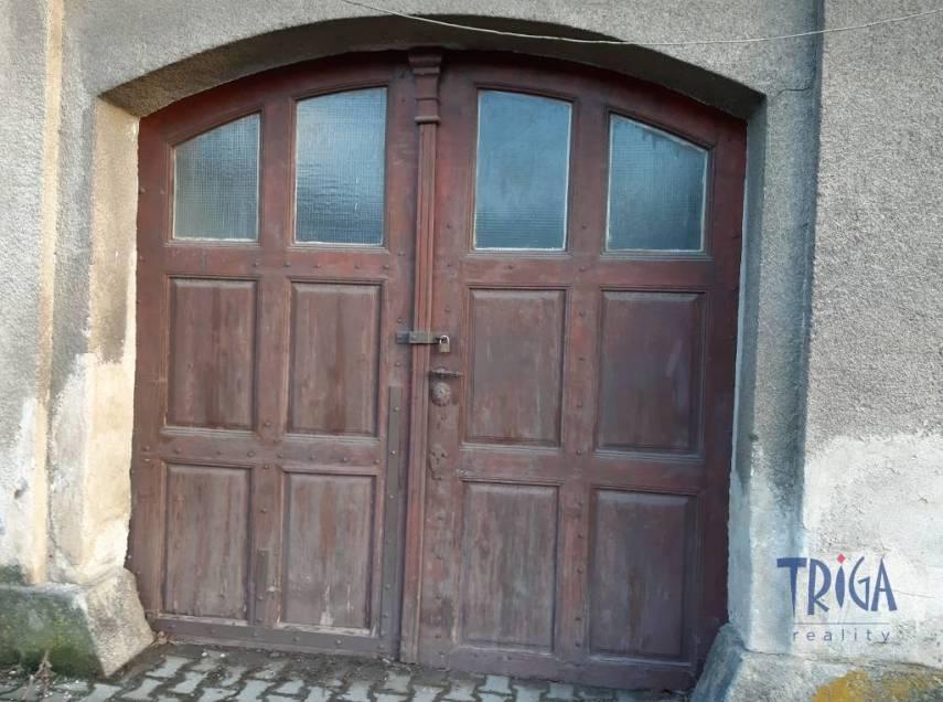 Dvůr Králové n. L. - garáž v domě