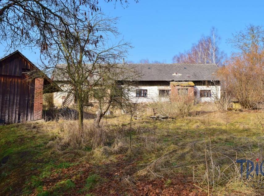 Lužany - starší rodinný dům určený k rekonstrukci s pozemkem 1656  m²