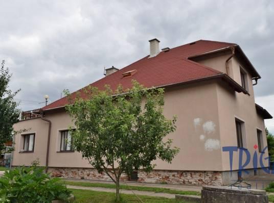 Rodinný dům v Jaroměři s garáží, pergolou a zemědělskými stavbami.